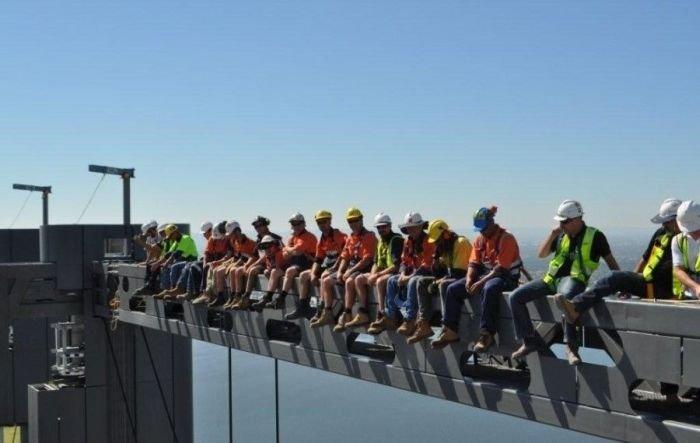 Reproduction moderne de d jeuner d ouvriers sur un gratte ciel gratte c - Construction gratte ciel ...
